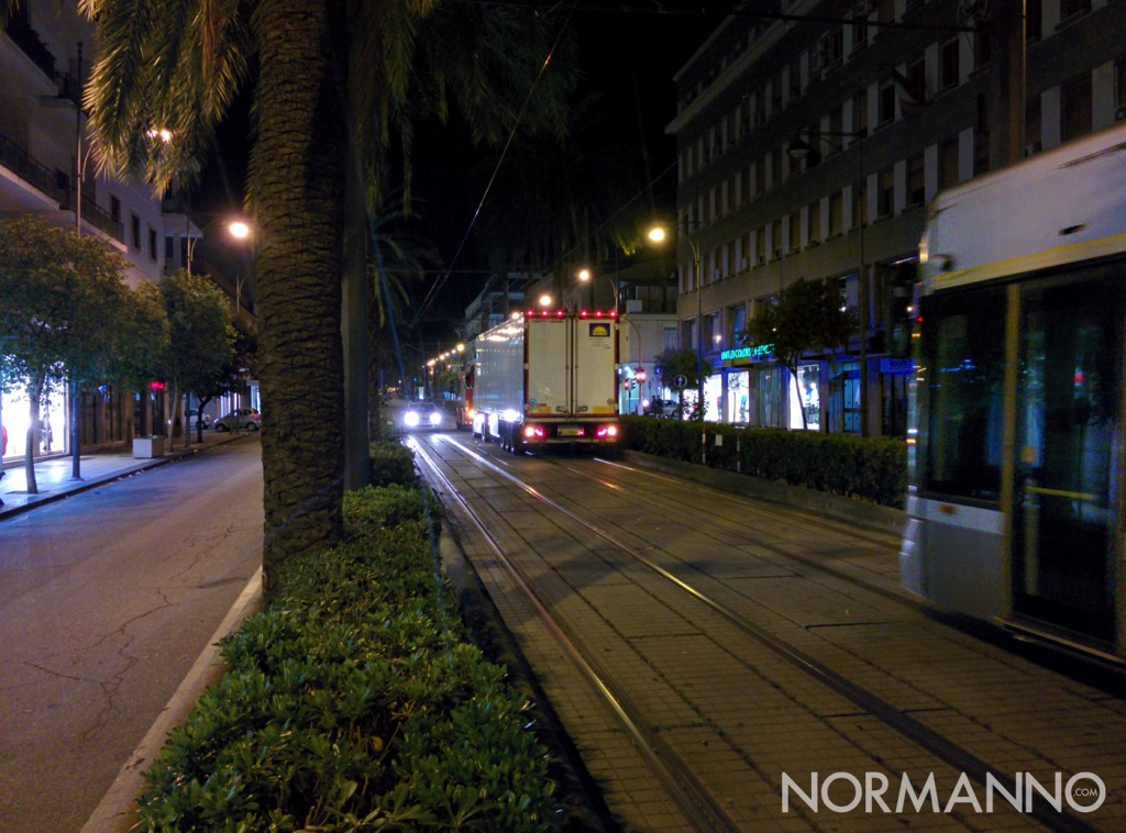 Foto Tir a piazza Cairoli guidato da camionetta dei Vigili del Fuoco