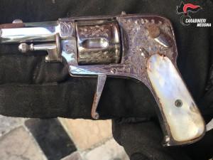 Foto della pistola sequestrata durante il bliz di Villaggio Aldisio