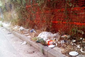 Foto della spazzatura su un marciapiede a Giostra