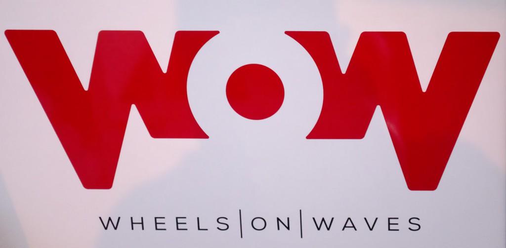 Foto del logo di Wheels on waves stampato sulla fiancata del catamarano