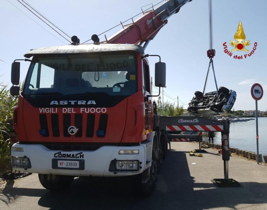 Foto dell'auto finita nel lago di Torre Faro - Recuperata dai Vigili del Fuoco