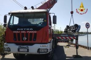 Messina. Auto finisce nel Lago di Faro – FOTO