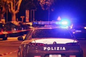Foto di auto della polizia di stato in notturna, con le sirene accese