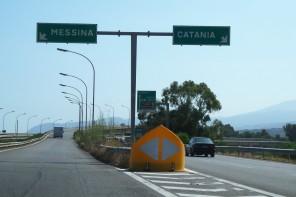 Autostrada Messina-Catania. Auto in fiamme al casello di San Gregorio
