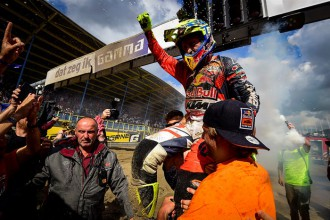 Foto celebrazione vittoria Tony Cairoli - Mondiale Motocross 2017