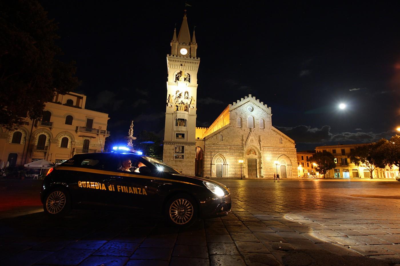 Foto di una vettura della guardia di finanza a piazza Duomo di notte