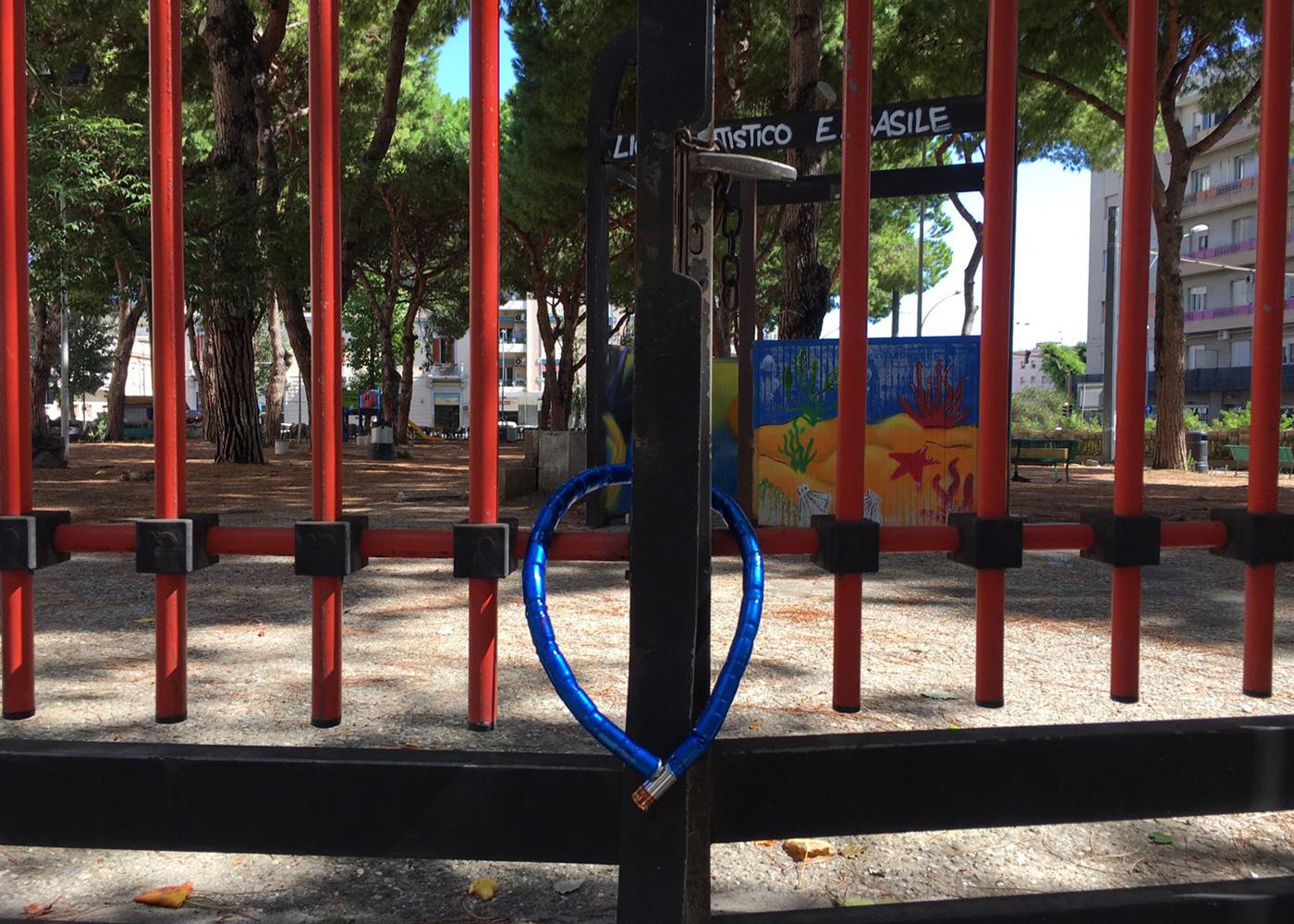 Foto del catenaccio che sbarra l'ingresso alla Villetta Quasimodo - Messina