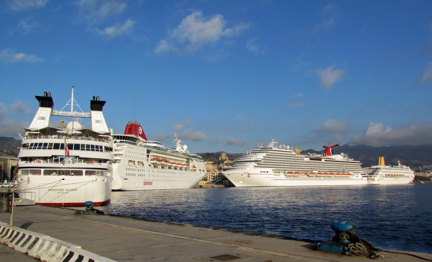 Foto del terminal crocieristi del porto di Messina