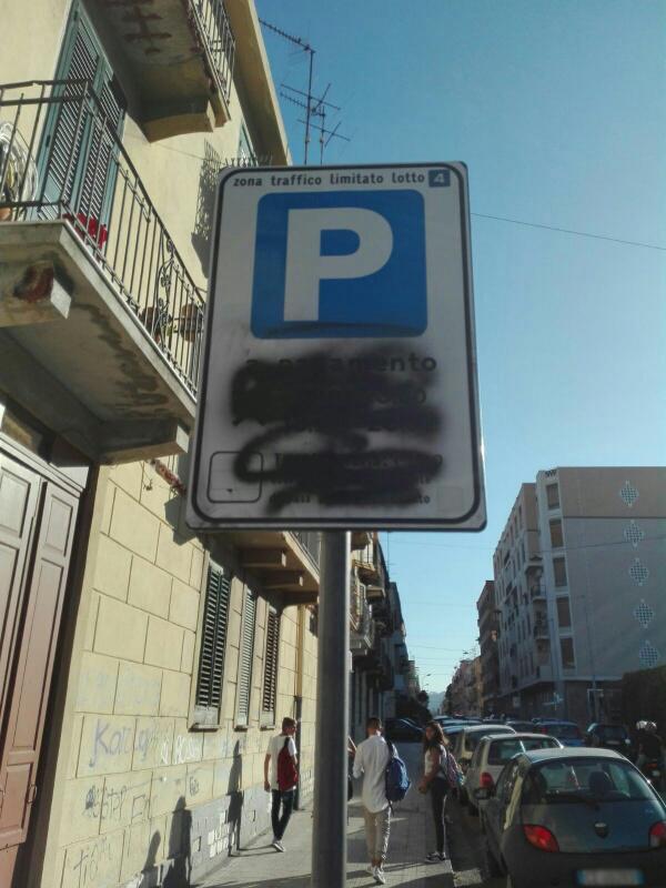 Foto di un cartello per la segnaletica della ZTL coperto di vernice e quindi illegibile - Messina