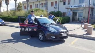 Foto di un'auto di carabinieri con due uomini in divisa