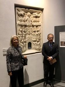 Caterina Di Giacomo e Carmelo Romeo di fronte a un tabernacolo marmoreo del 1504 - museo regionale di messina