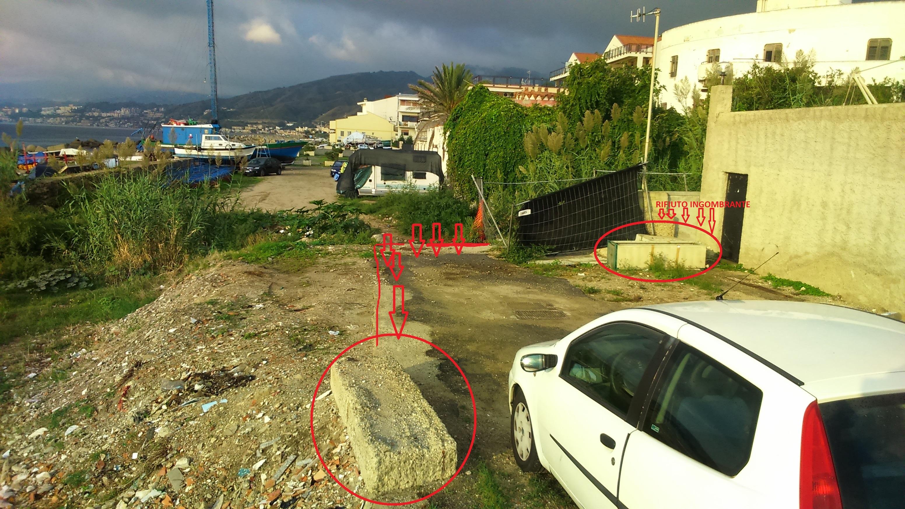 Foto di un rifiuto ingombrante abbandonato a Ganzirri - Messina