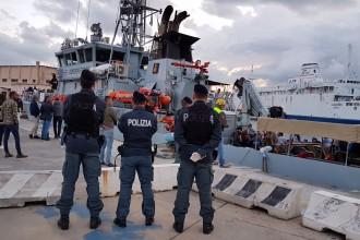 Foto di uno sbarco di migranti a Messina