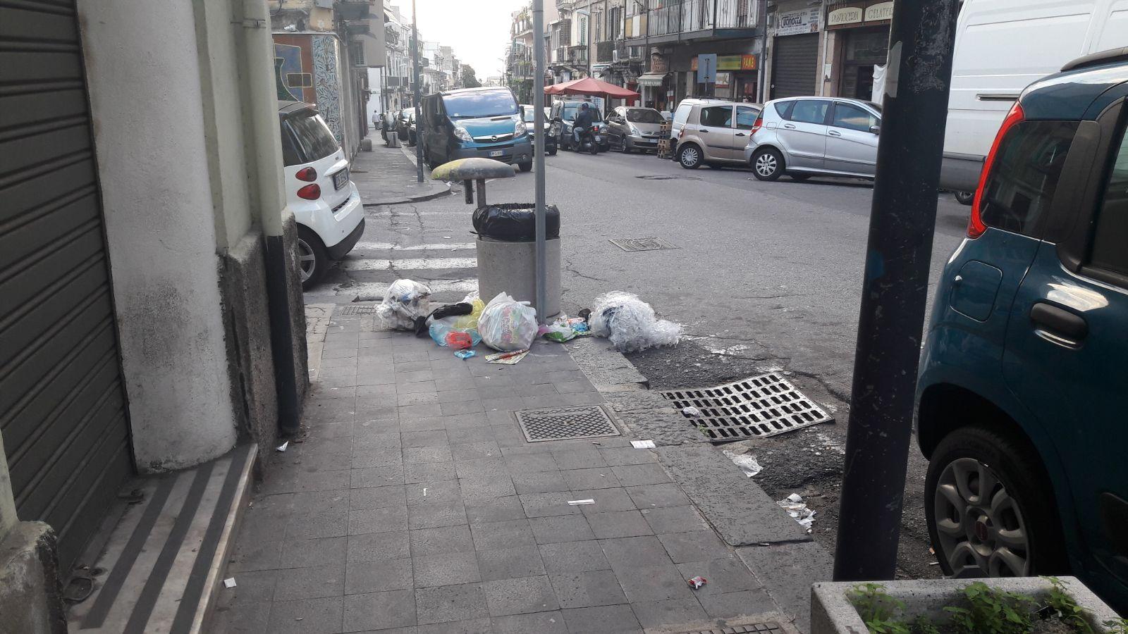foto di via palermo sporcizia in strada