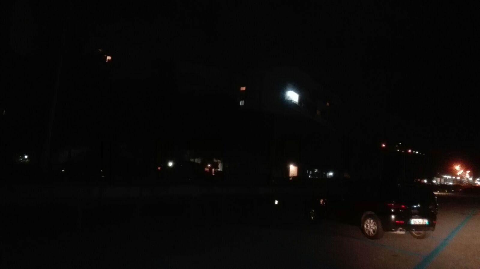 Foto di un tratto di strada di Messina nord completamente al buio