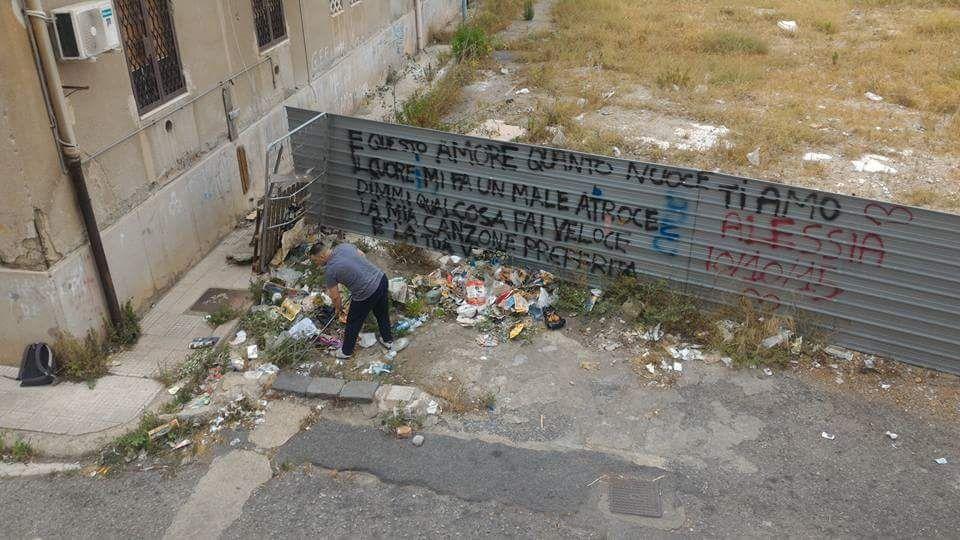 uomo che pulisce la spazzatura nell'area di fondo de pasquale, competenza dell'iacp - messina