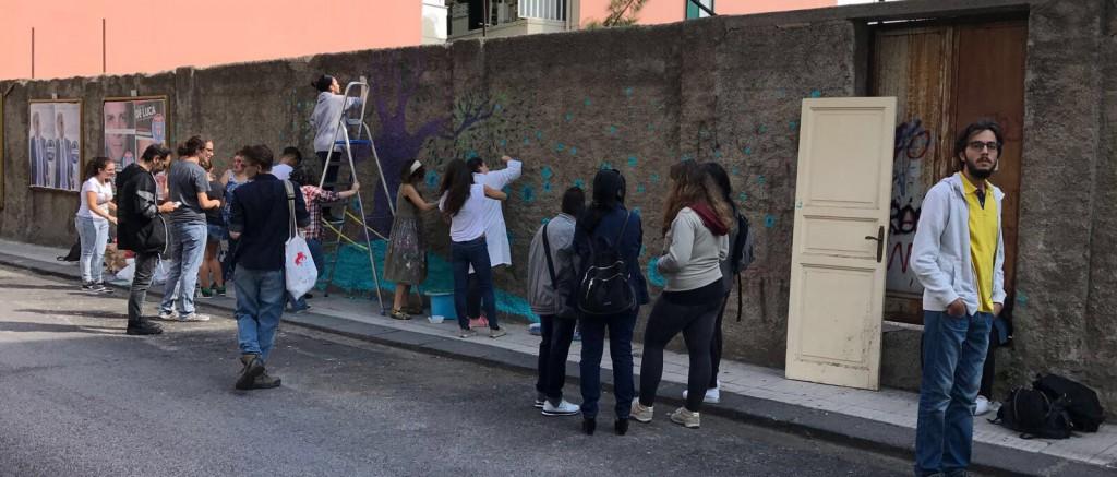 Murale di Diala Brisly con gli studenti del liceo Basile - Messina