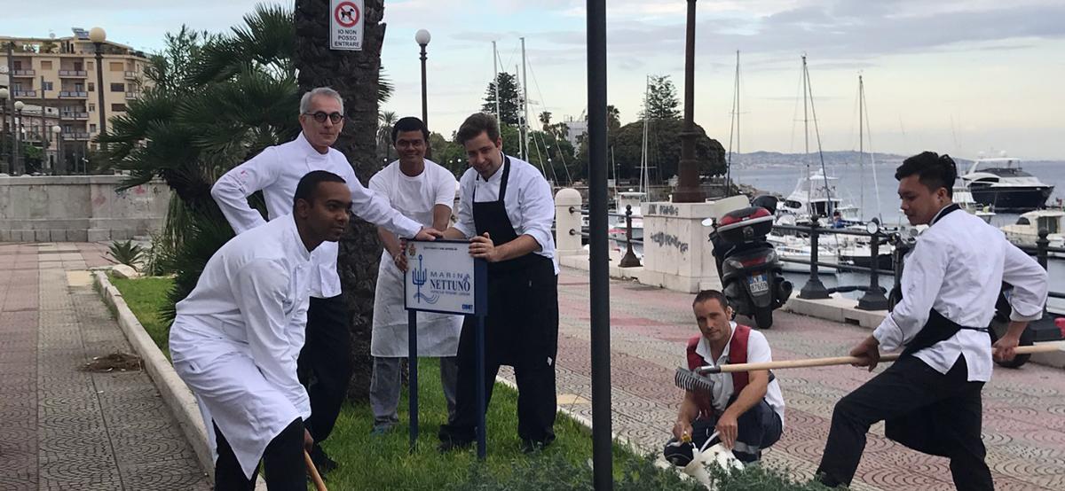 Lo Chef Caliri e il personale della Marina del Nettuno rimettono in sesto un'aiuola della passeggiata a mare