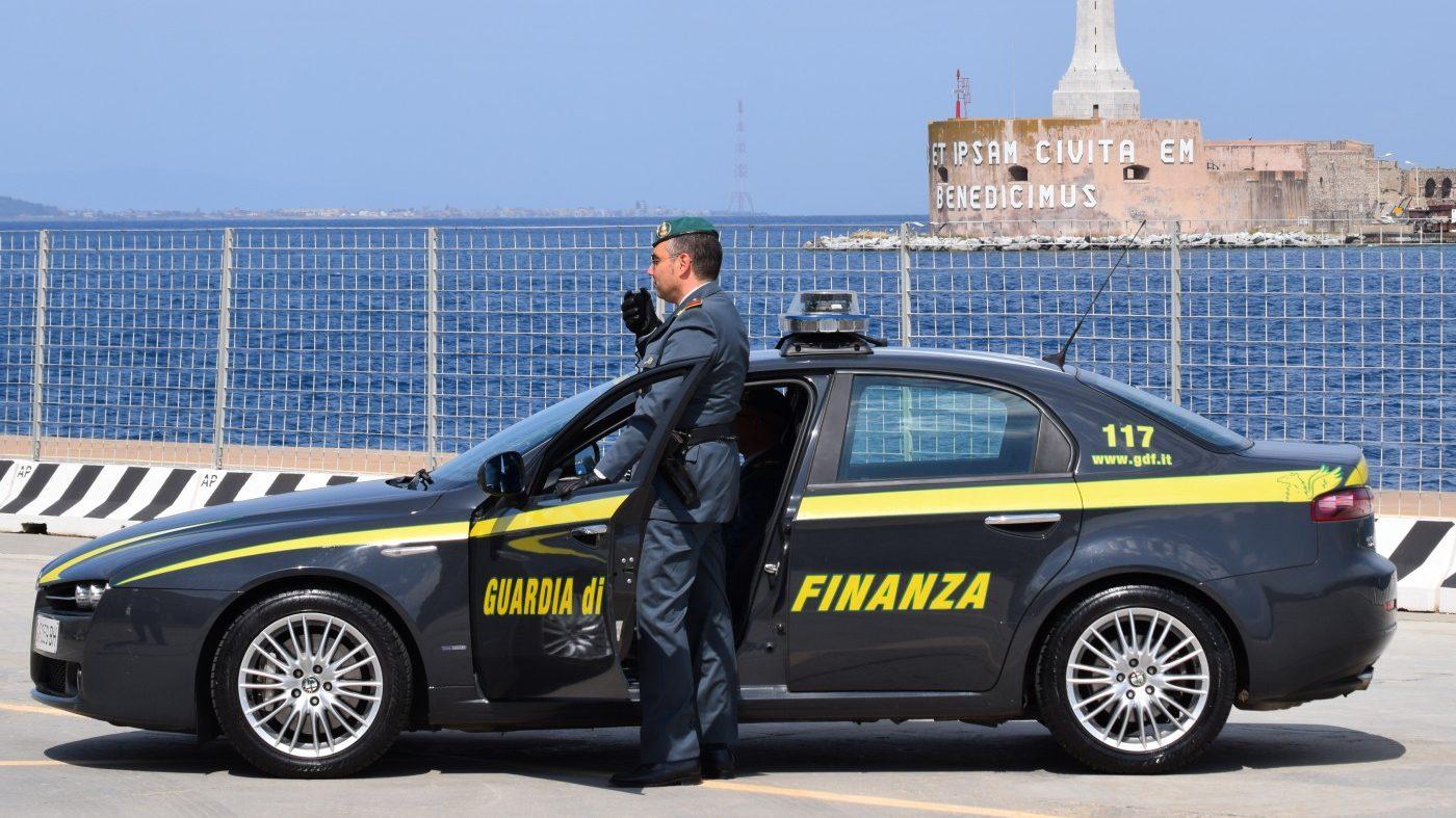 Foto di un'auto della guardia di finanza di messina