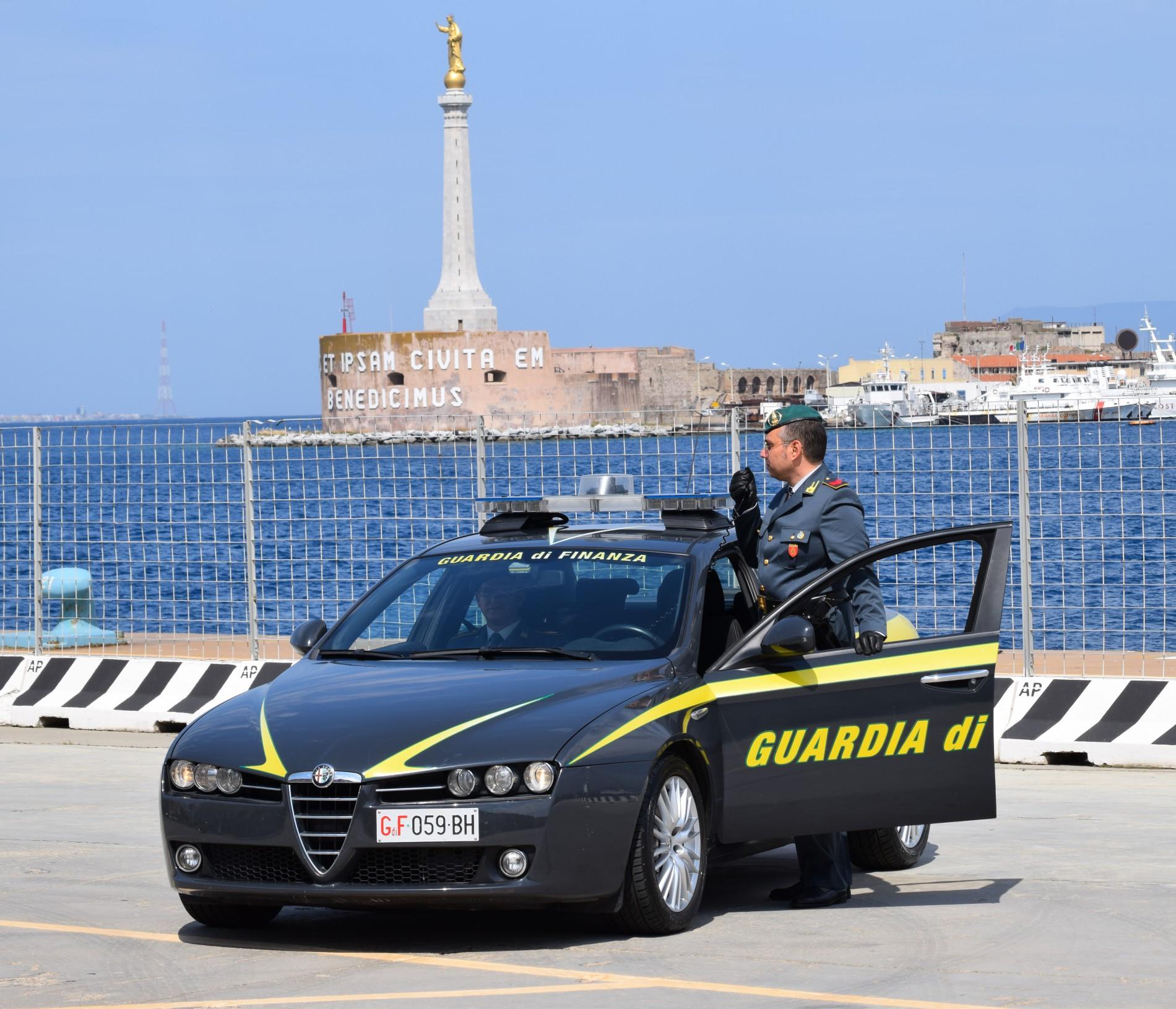 Foto di un'auto della guardia di finanza di messina al porto
