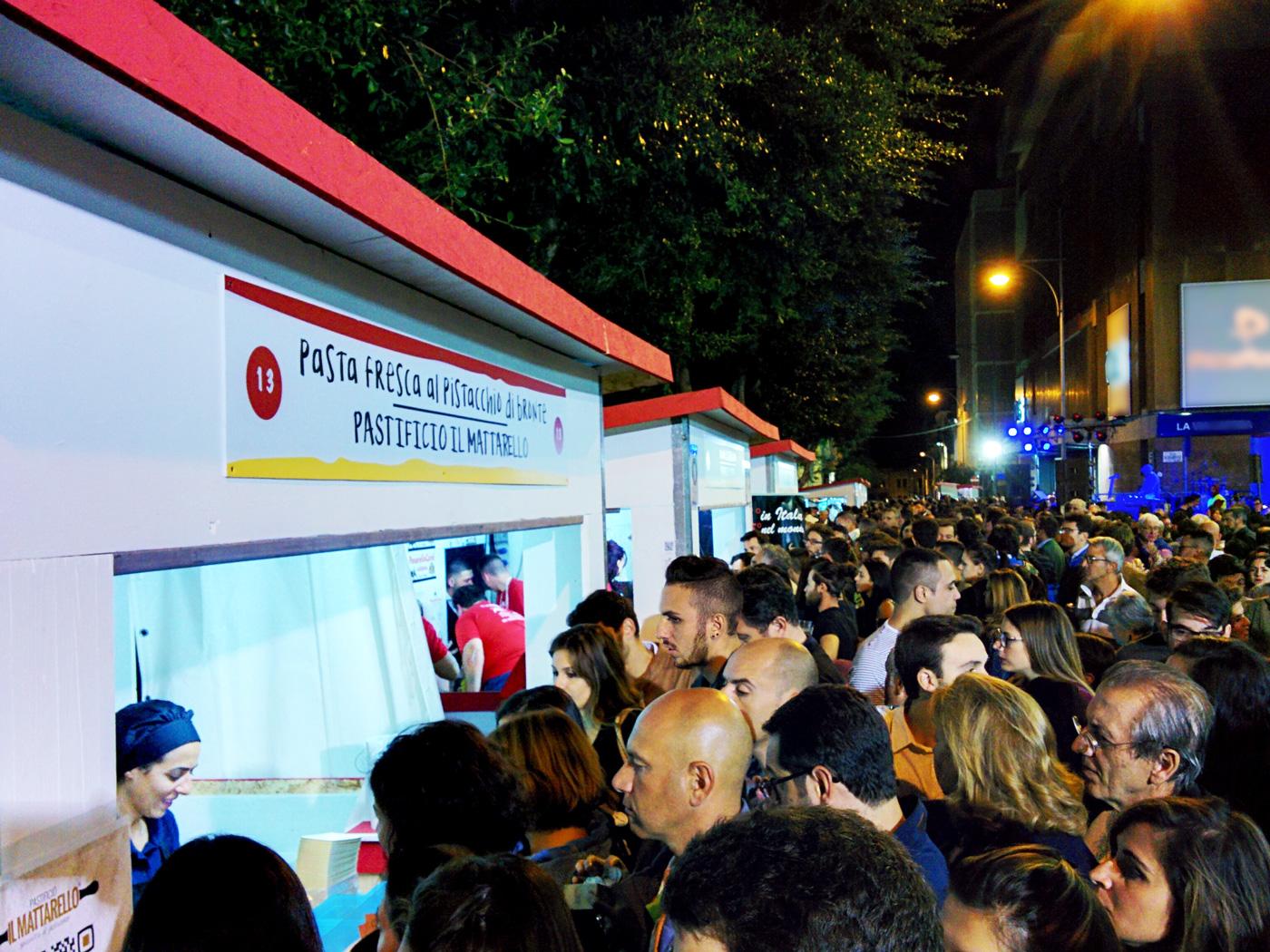 Foto 01 - Giorno 2 Messina Street Food Fest 2017 - Fila agli stand