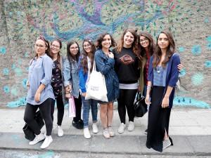 Diala Brisly e le ragazze del liceo Basile di fronte al murale in via XXIV maggio - Messina
