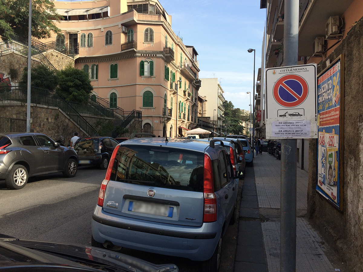 Foto di macchine parcheggiate in divieto di sosta nella via XXIV maggio - Messina
