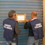 Foto dei carabinieri mentre mettono i sigilli all'autocarrozzeria gicar