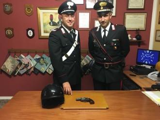 Foto dei carabinieri con l'arma trovata al rapinatore