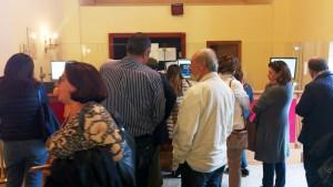 Persone in fila alla Biglietteria del Teatro Vittorio Emanuele