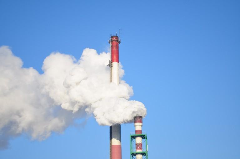 Foto di un comignolo di una fabbrica - inquinamento