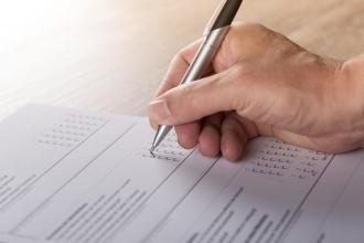 mano e penna - persona che compila un modulo sondaggio