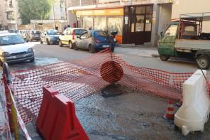 Fogna rotta in via Palermo: disagi per residenti e commercianti – FOTO