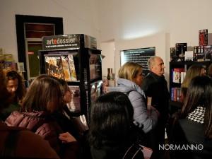 Persone in fila al firmacopie di presentazione del nuovo romanzo di Alessia Gazzola, Arabesque, alla gilda dei narratori di Messina