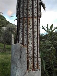 Pali in cemento potrebbero cadere sulla strada 002