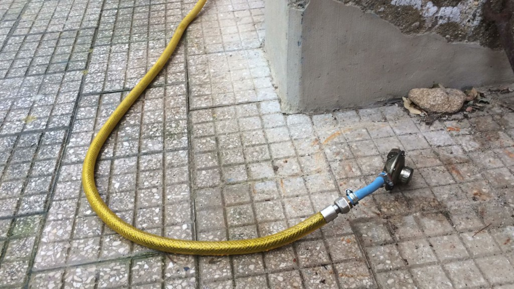 foto di un tubo tolto dalla bombola del gas rubata nella sede sprar di villa lina - messina