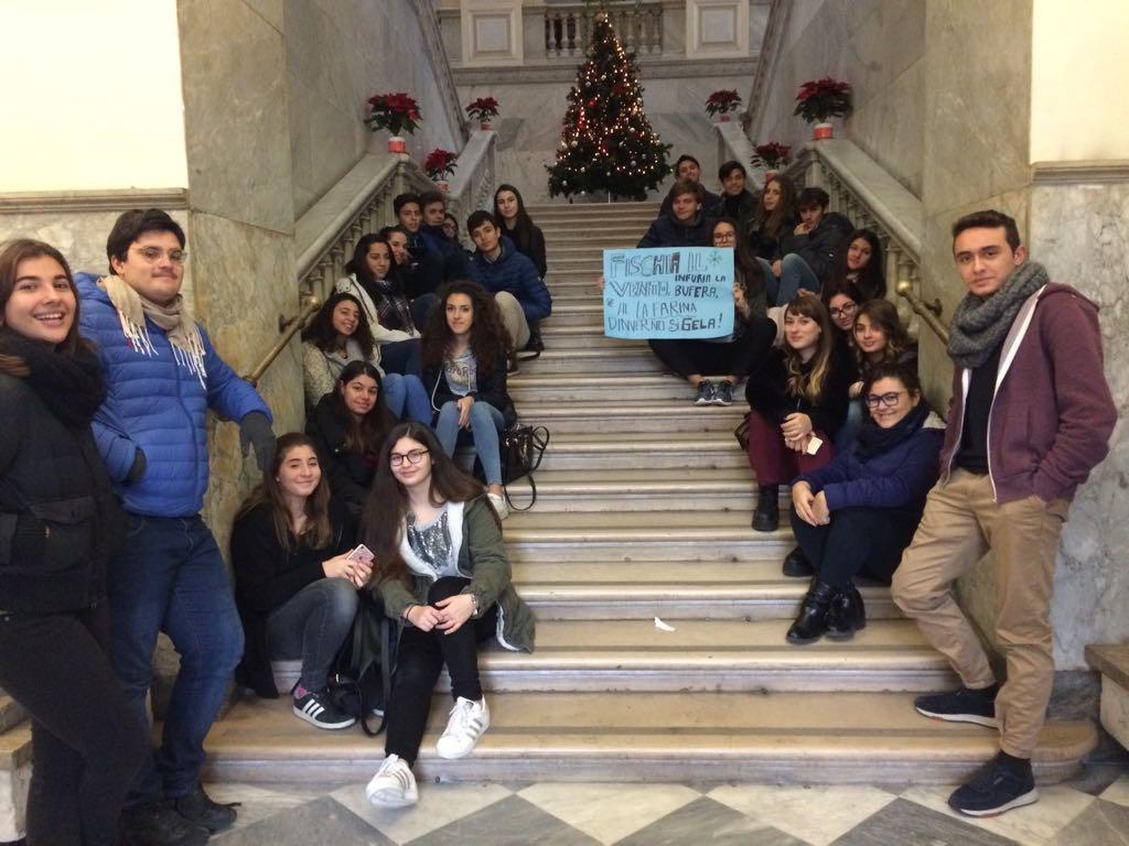 Gli studenti del Liceo Classico La Farina sulle scale della Città Metropolitana, ex provincia, per protestare contro la mancanza del riscaldamento nell'istitutoi