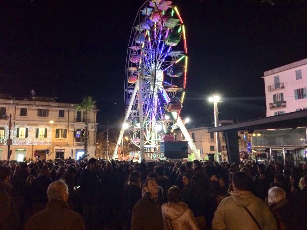 foto della ruota panoramica di piazza cairoli di sera durante le festività natalizie - messina