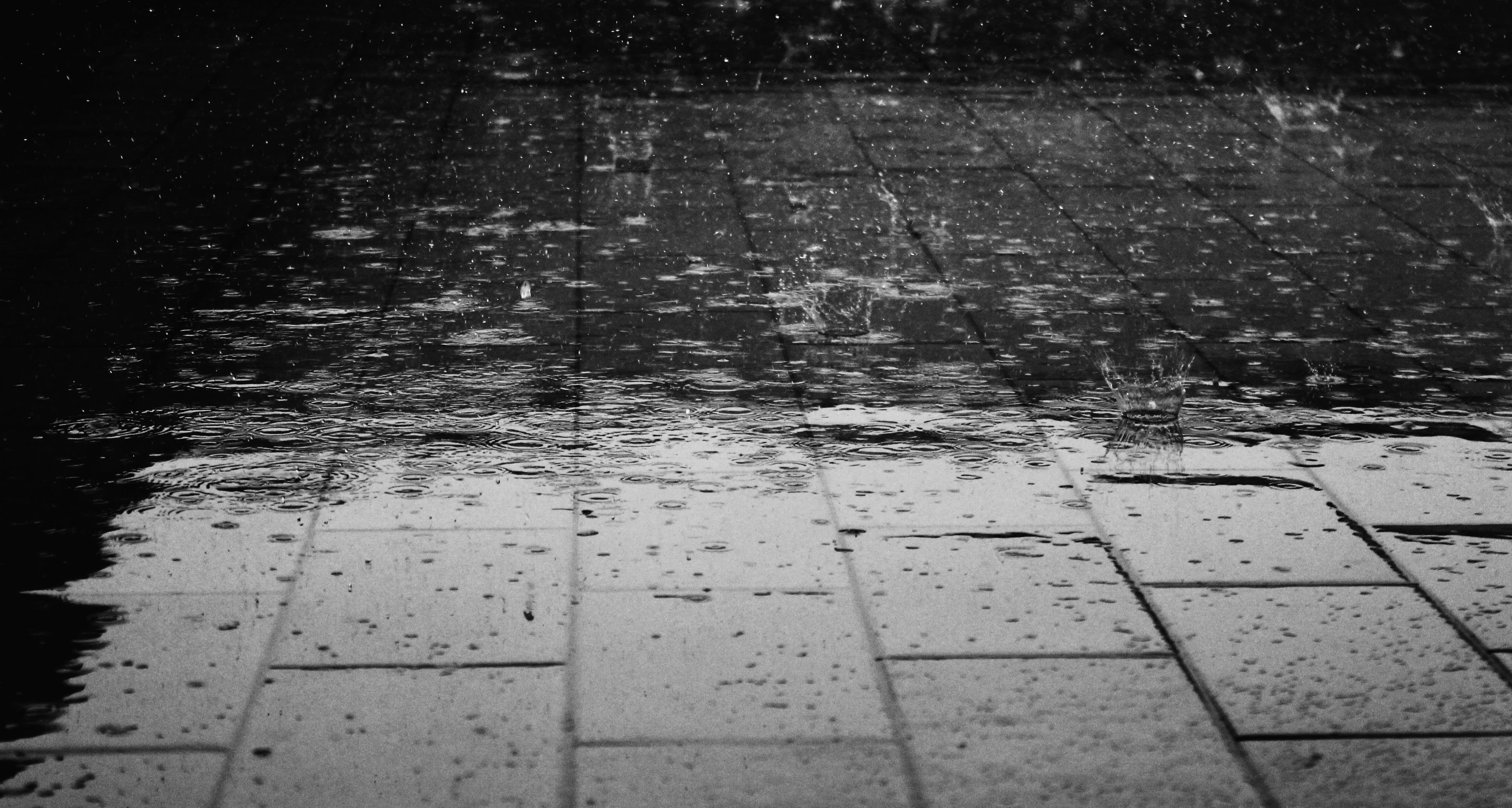 gocce di pioggia sul pavimento - strada