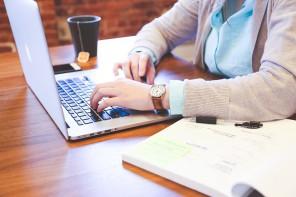 Foto di una donna che lavora al computer