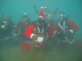 foto di nuotatori subacquei professionisti vestiti da babbo natale per l'evento babbo natale arriva dal mare - santa margherita - messina