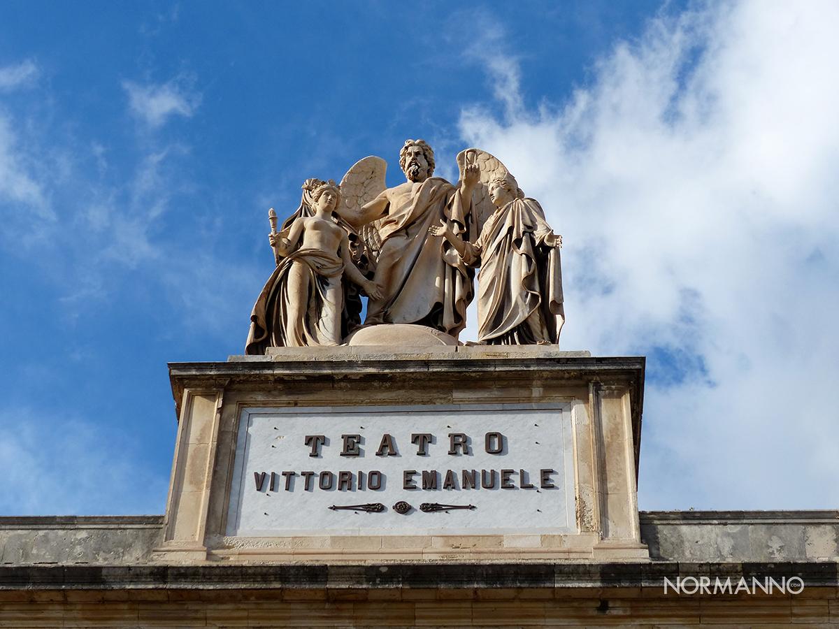 statua del teatro vittorio emanuele - il tempo che scopre la verità di saro zagari - messina