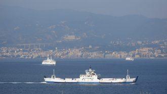 Foto di un traghetto sullo stretto di messina