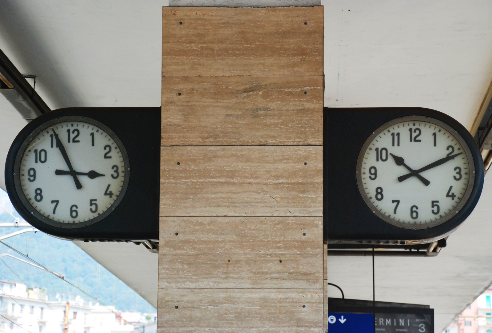 Foto orologi stazione ferroviaria
