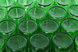 foto bottiglie di birra vuote rovesciate - vuoto a rendere