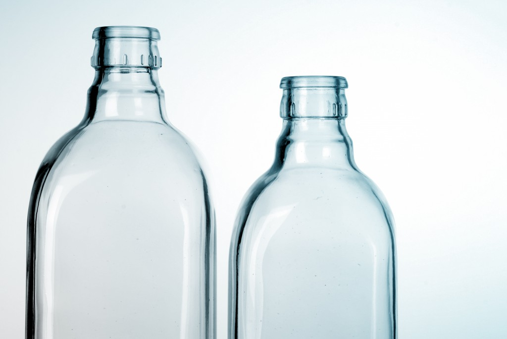 foto di bottiglie di vetro vuote - vuoto a rendere