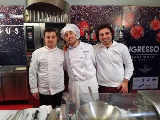 foto degli chef al laboratorio artigianale del gusto di piazza cairoli organizzato questo natale a piazza cairoli da confcommercio - messina