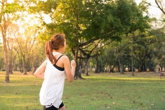 sport foto di una ragazza che corre in un parco