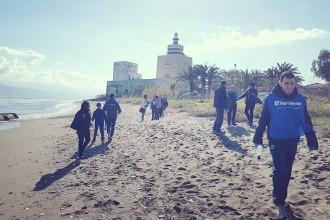 i volontari dell'associazione fare verde messina puliscono il tratto di spiaggia di fronte all'istituto talassografico situato nella zona falcata di messina