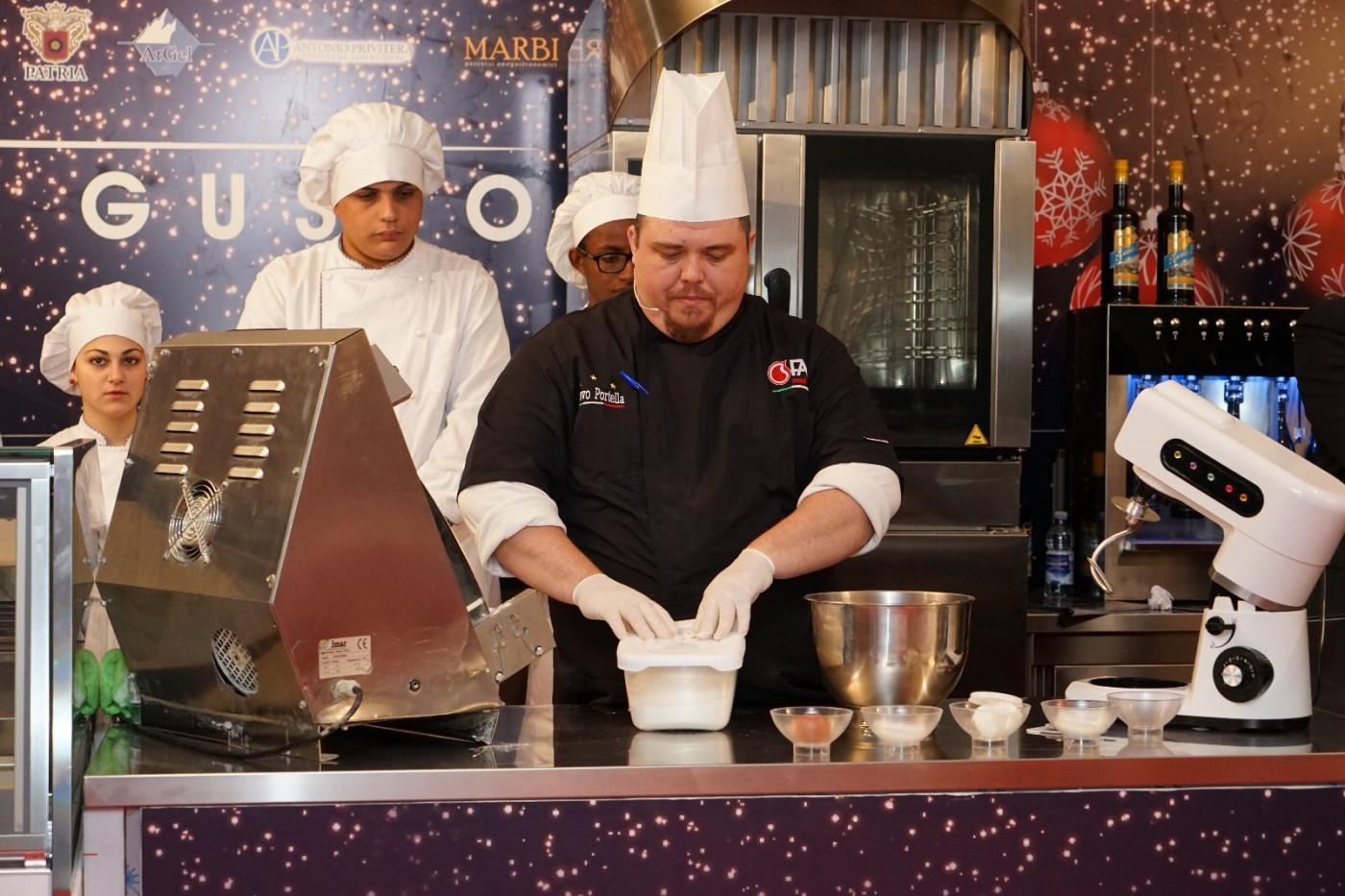 foto dello chef al laboratorio artigianale del gusto di piazza cairoli compreso negli eventi di natale - messina